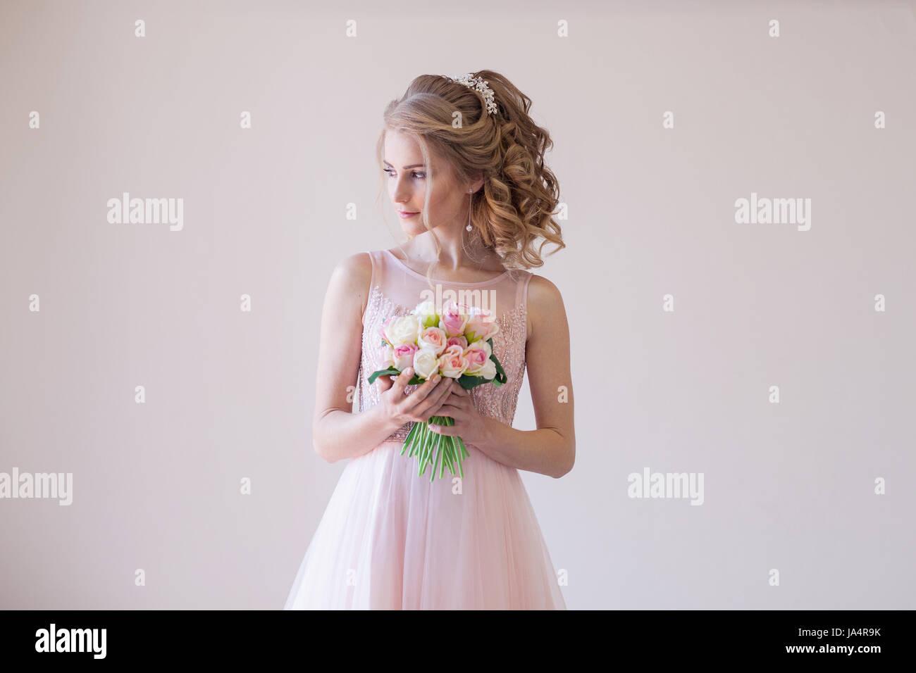 Braut in einem rosa Hochzeitskleid und Blumenstrauß Stockfoto, Bild ...