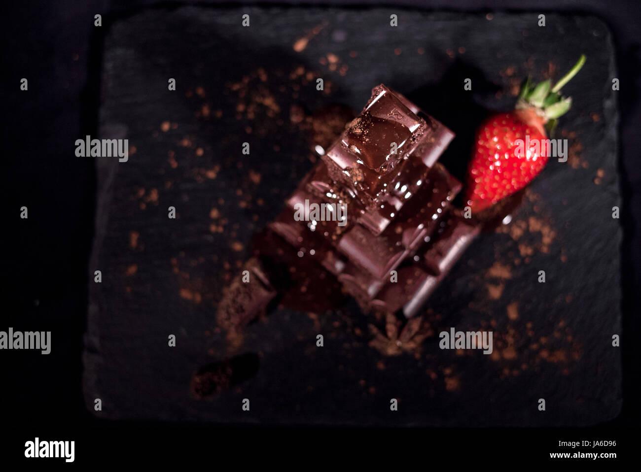 Eine rote Straberry auf eine dunkle Schokolade Stockbild