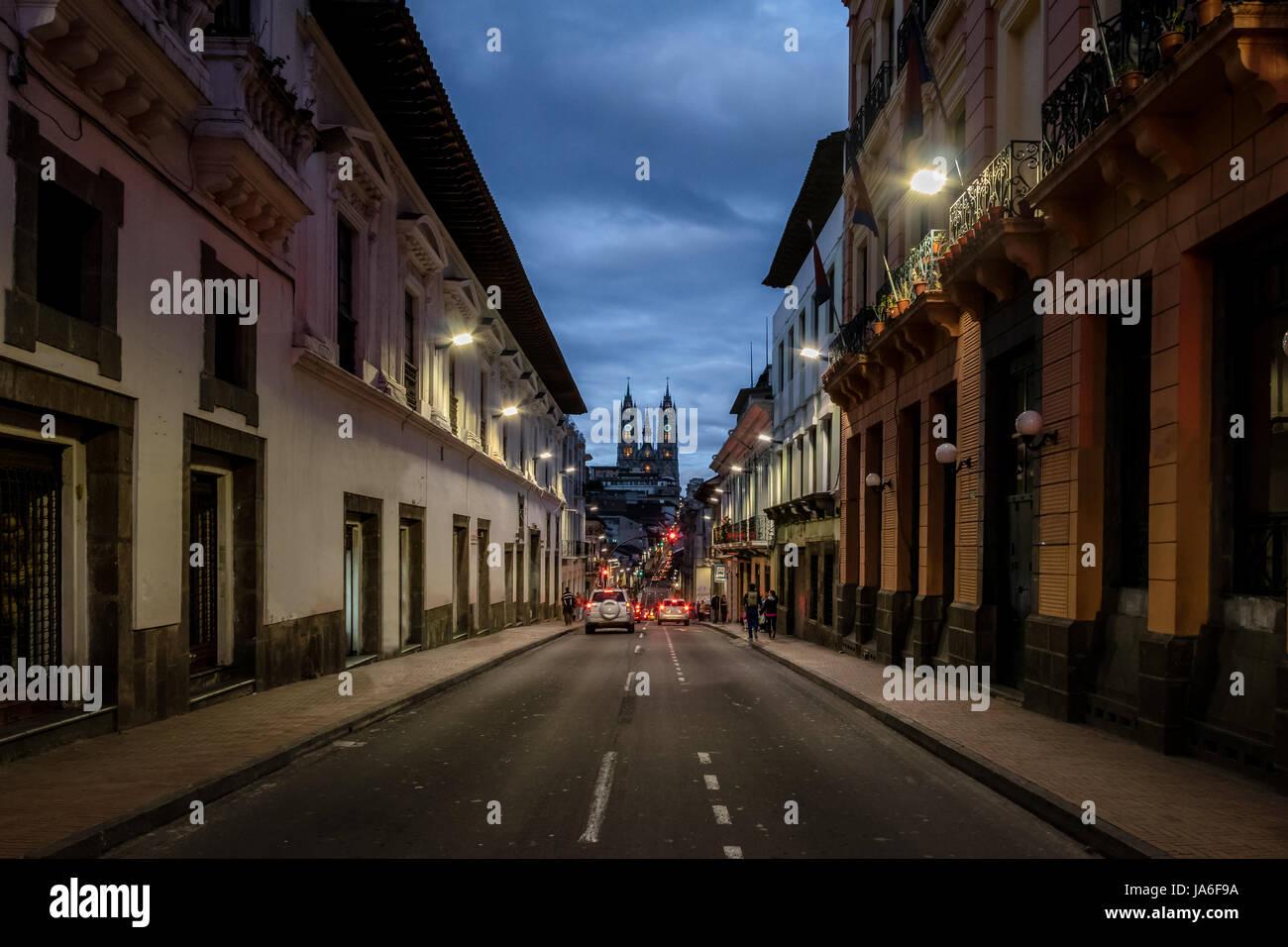 Straße von Quito und Basilika del Voto Nacional in der Nacht - Quito, Ecuador Stockbild