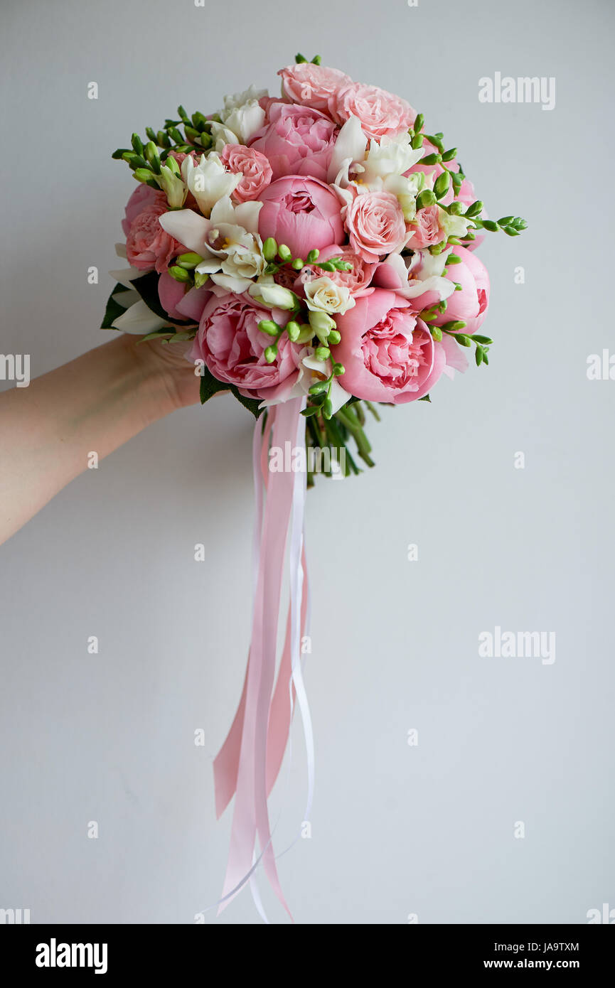 Den Brautstrauss Weiche Rosa Pfingstrosen Und Weissen Rosen Floristik