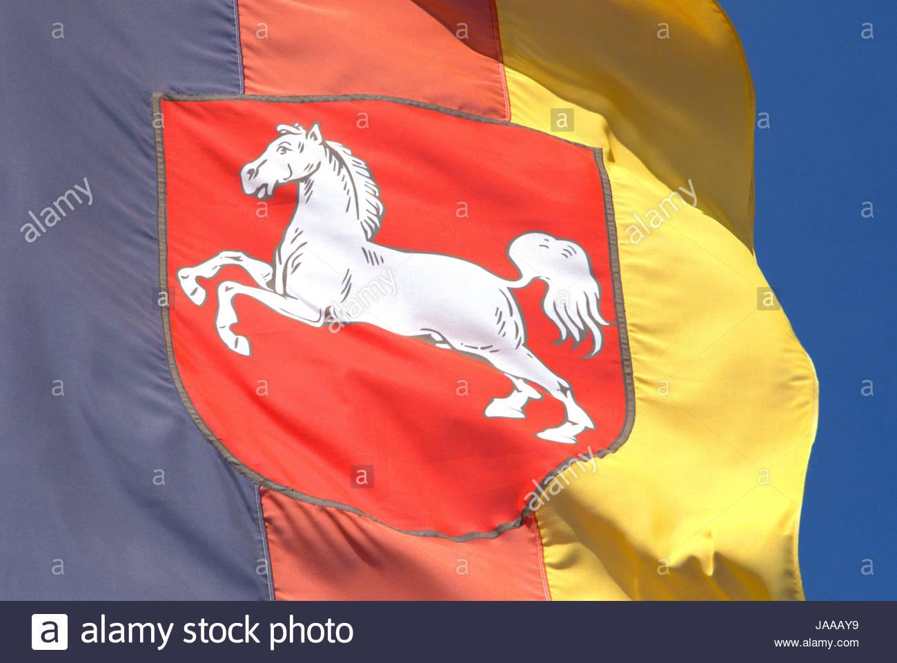 Niedersachsen - Ausschnitt der Landesflagge Mit Wappen von der Sonne Angestrahlt Und Im Wind Wehend. Stockbild