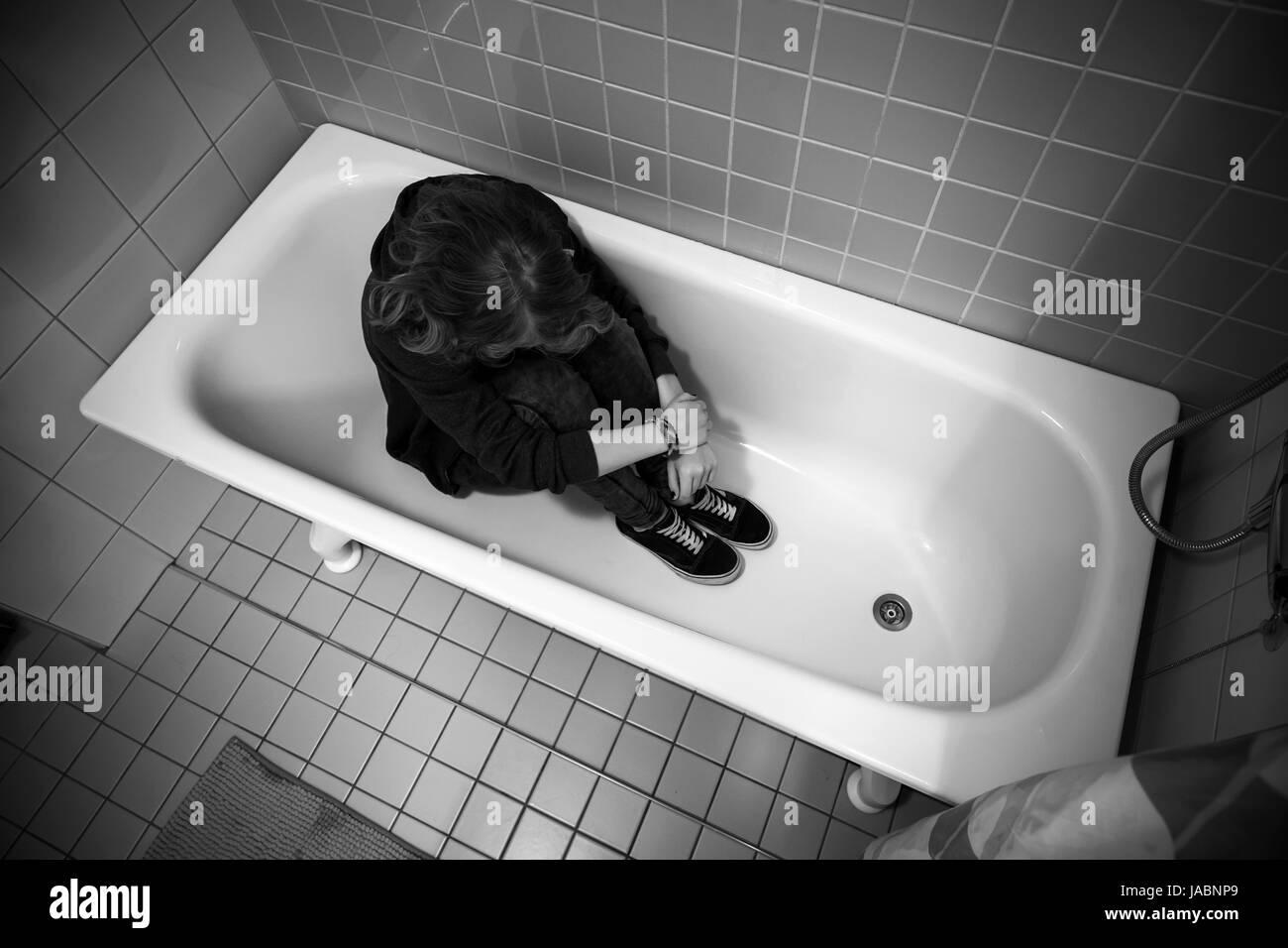Gestresste Traurig Kaukasischen Mädchens In Leeren Badewanne Sitzen