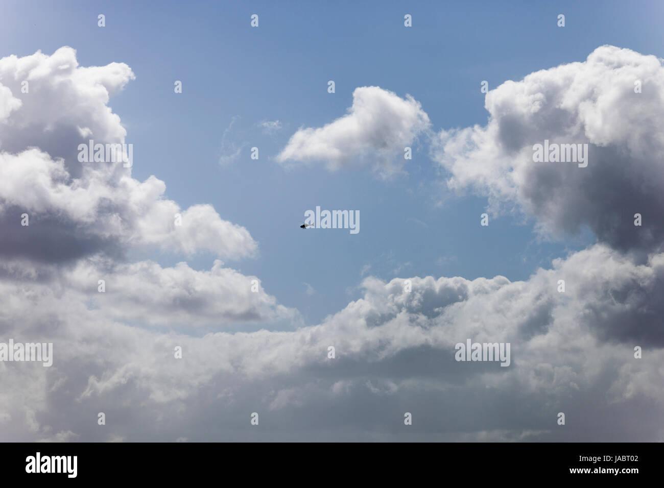 Hubschrauber fliegen in den Wolken. Stockbild