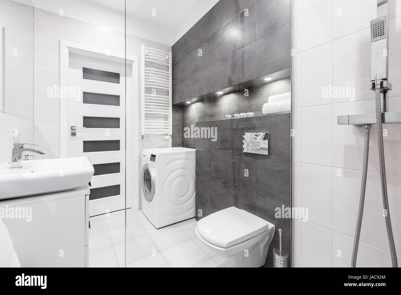 modernes wei es badezimmer mit dusche waschbecken wc waschmaschine und graue wand stockfoto. Black Bedroom Furniture Sets. Home Design Ideas