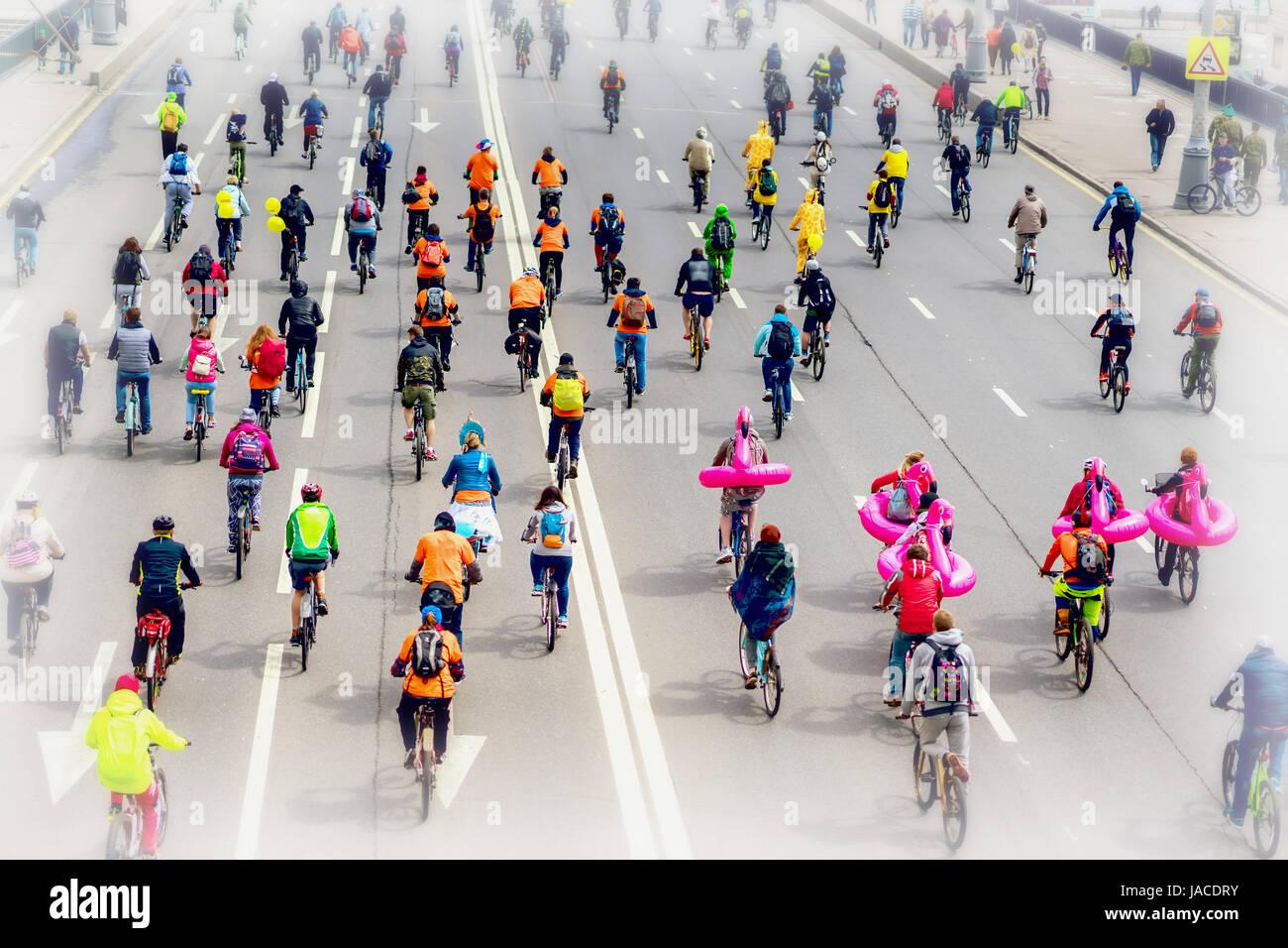 Parade der Radfahrer in der Stadt. Jugend und Familien mit Kindern teilnehmen an Masse Radrennen. Selektiven Fokus. Stockbild