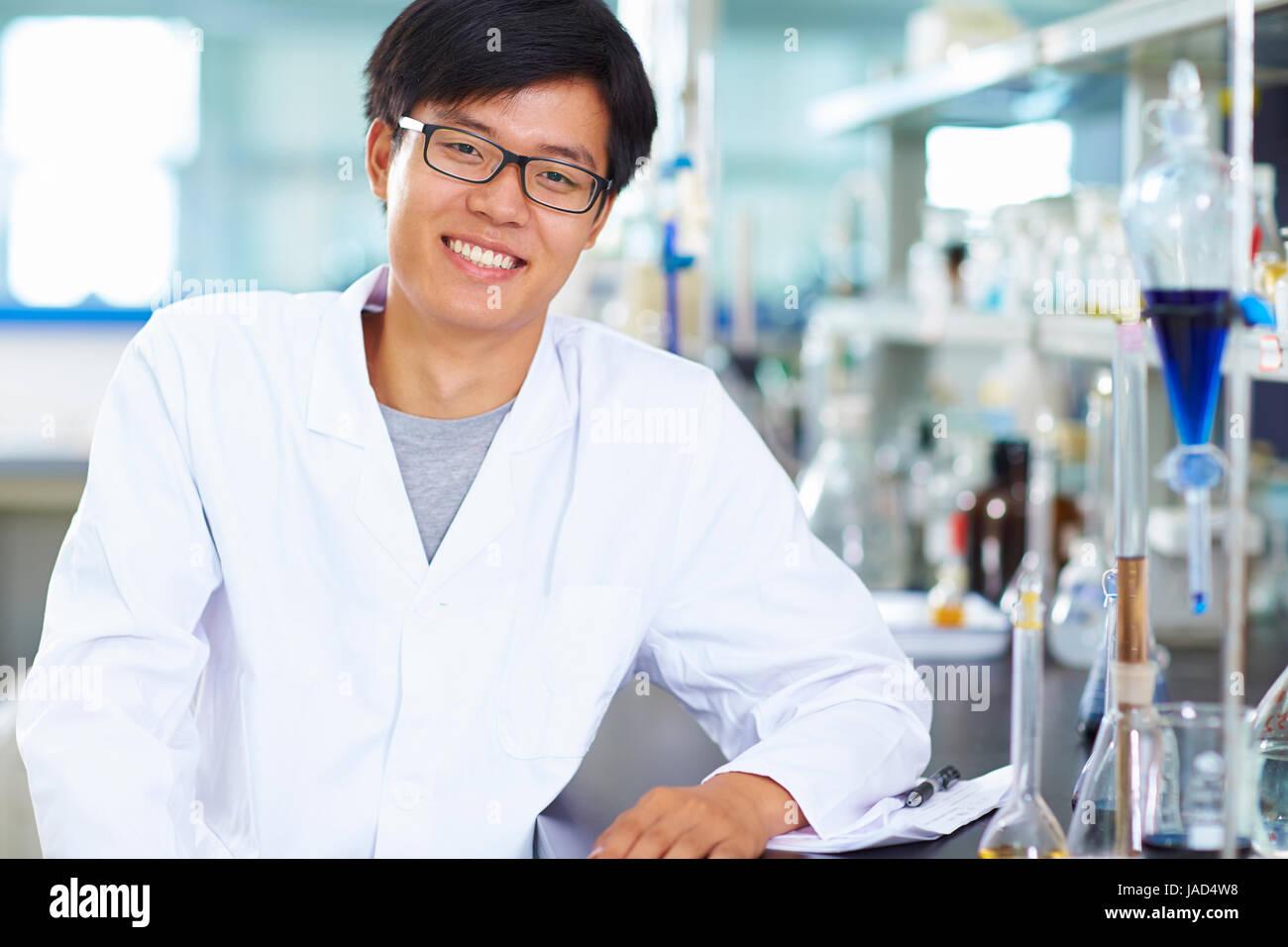 Eine männliche chinesische Labor Wissenschaftler arbeiten im Labor mit Reagenzgläsern Stockbild