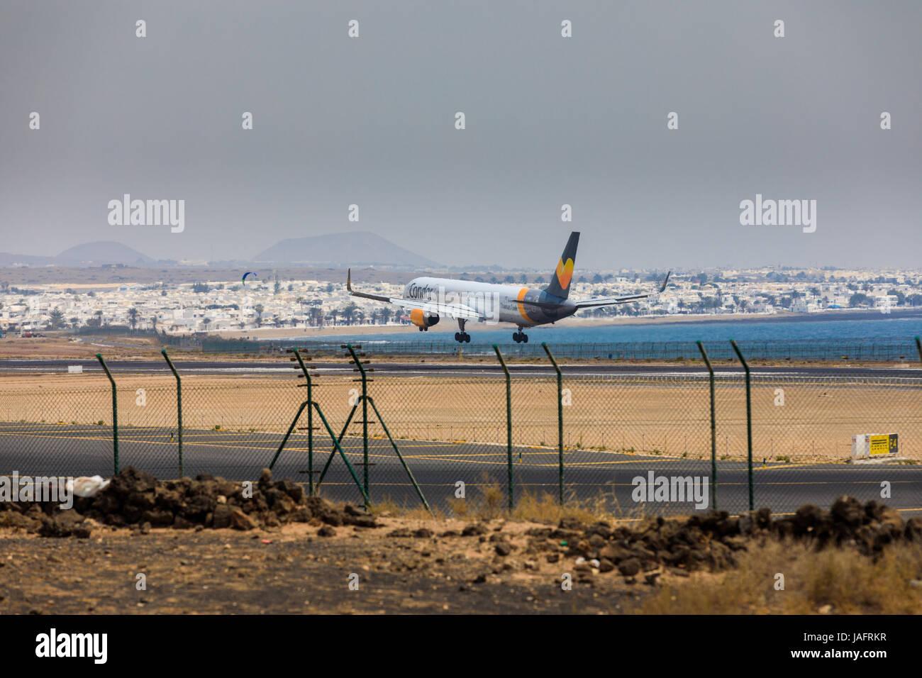 ARECIFE, Spanien - 16. April 2017: Boeing 757-300 der Condor mit der Registrierung G-JMOF Landung am Flughafen Lanzarote Stockbild