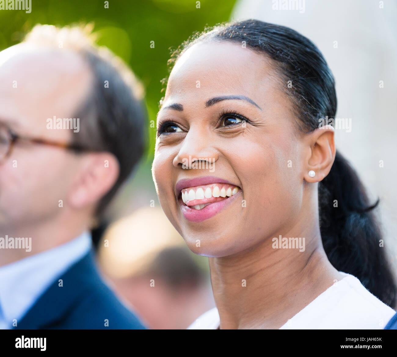 VISBY, SCHWEDEN. 8. Juli 2016.  Schwedens Kulturminister Alice Bah Kuhnke während einer Rede in Almedalen. Stockbild