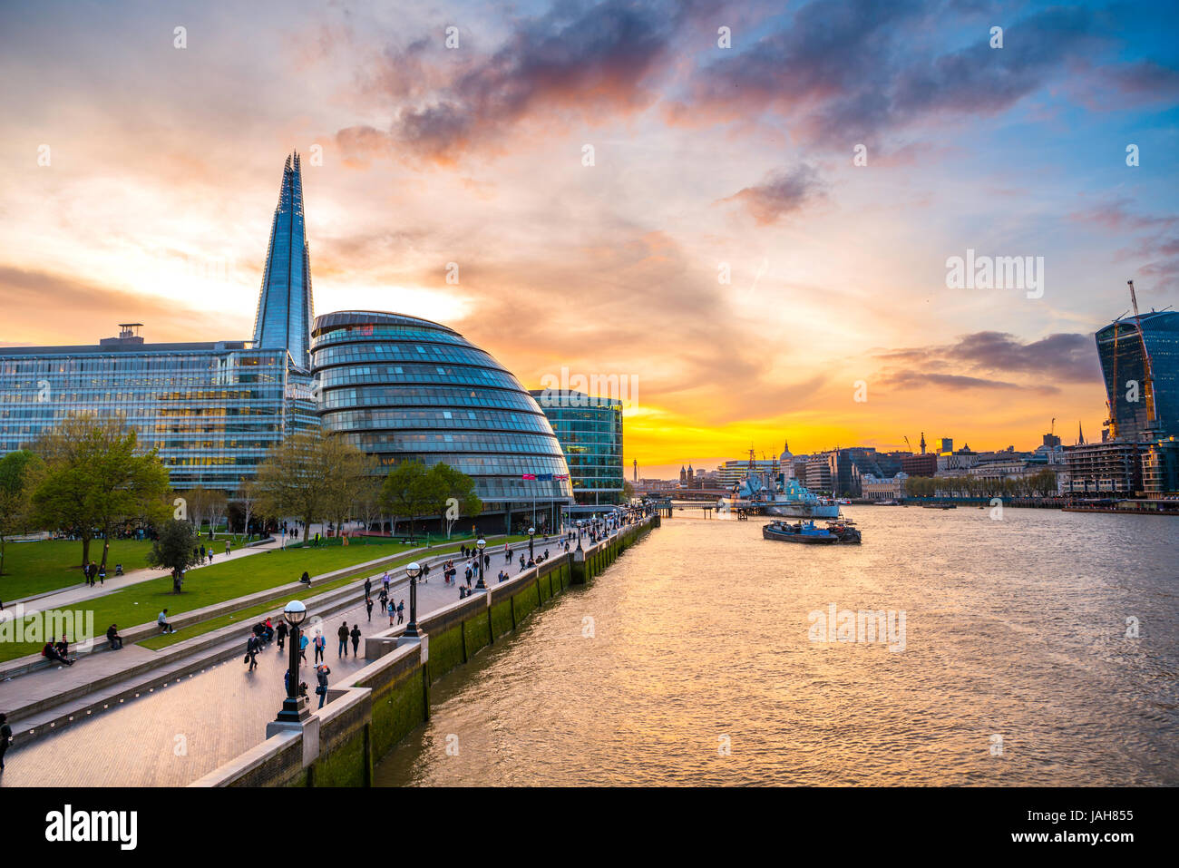 Riverside Promenade auf der Themse, Potters Fields Park, Skyline, London City Hall, The Shard, bei Sonnenuntergang, Stockbild