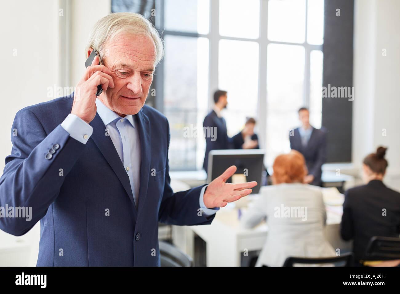 Senior als Rechtsanwalt oder Berater machen Anruf mit smartphone Stockbild