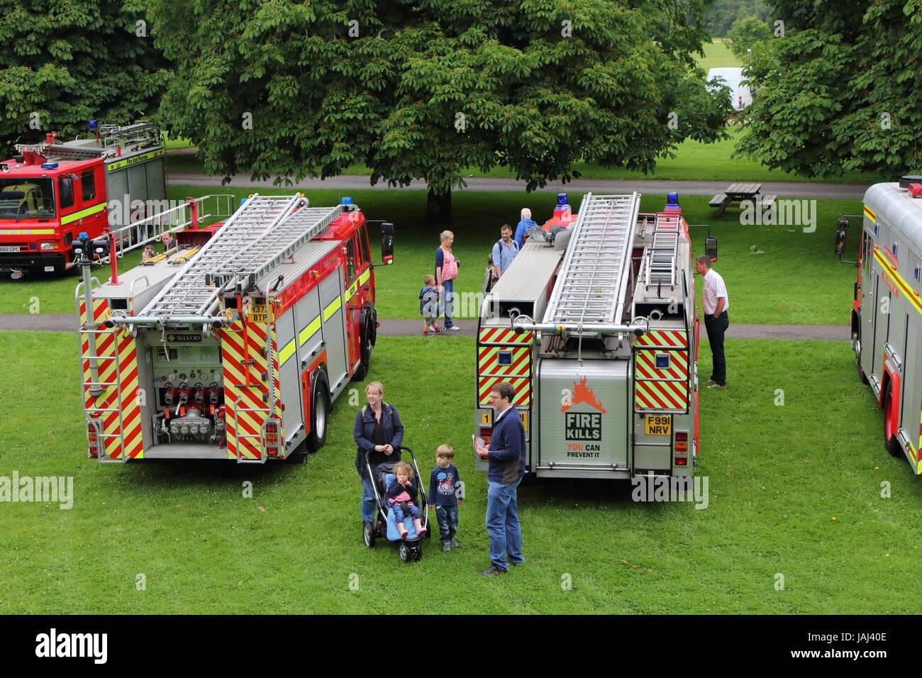 Beaulieu, Hampshire, UK - 29. Mai 2017: Besucher und Feuerwehrautos 999 2017 an das National Motor Museum zeigen Stockbild