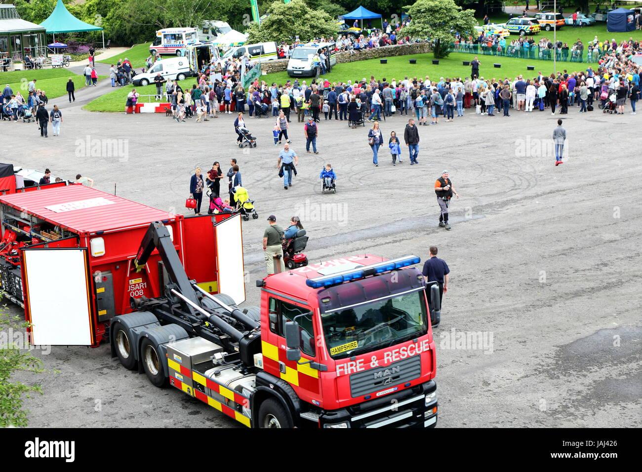 Beaulieu, Hampshire, UK - 29. Mai 2017: Besucher und Einsatzfahrzeuge 999 2017 an das National Motor Museum zeigen Stockbild