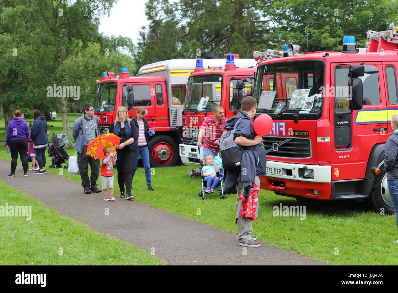 Beaulieu, Hampshire, UK - 29. Mai 2017: Feuer Besucher betrachten Vintage Motoren im Jahr 2017 999 zeigen an das Stockbild