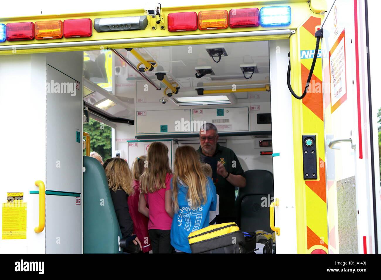 Beaulieu, Hampshire, UK - 29. Mai 2017: Sanitäter im Krankenwagen Adressierung Besucher bis 2017 999 zeigen Stockbild
