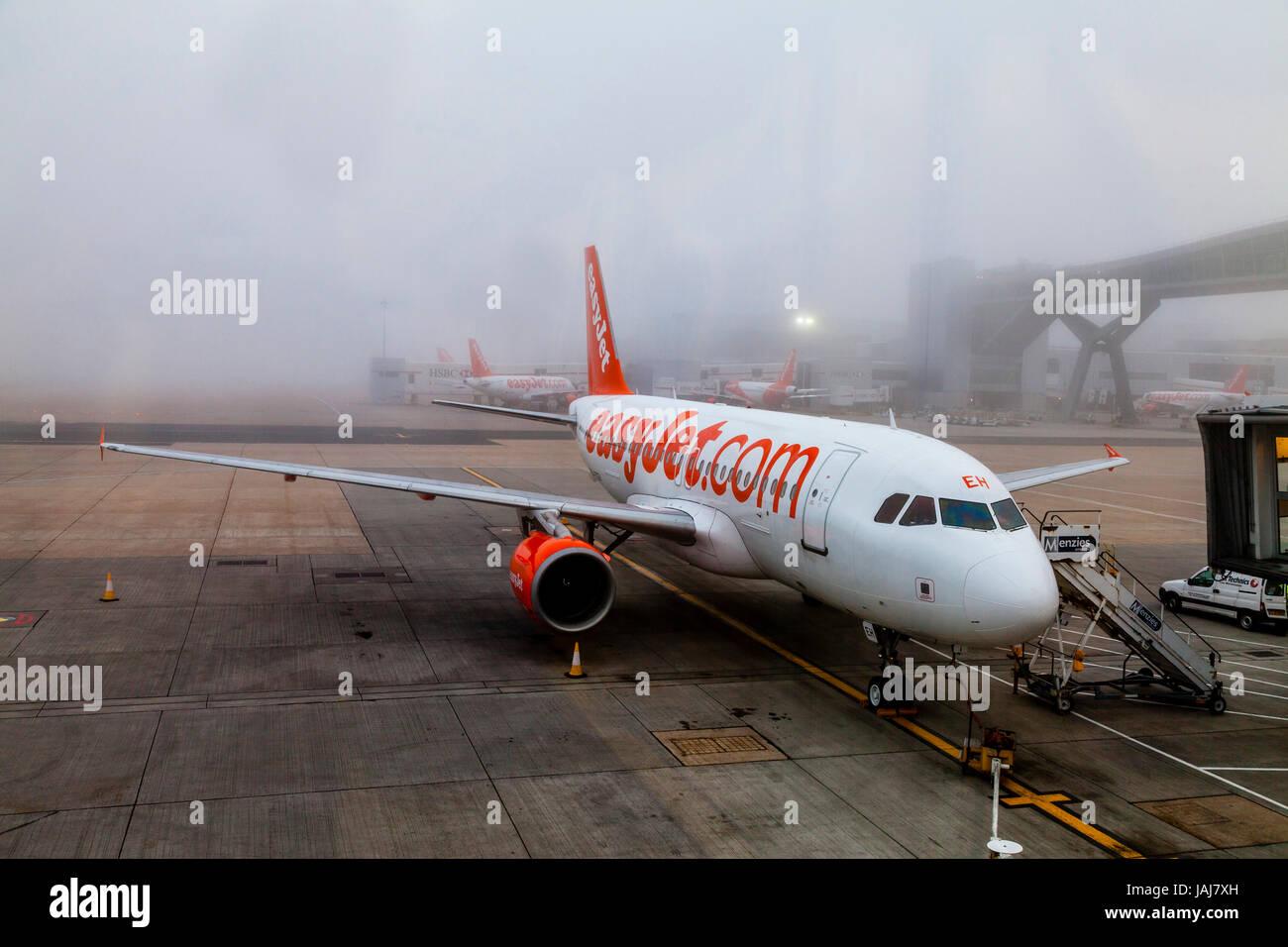 Ein Easy Jet-Flugzeug auf dem Boden im Nebel an London Gatwick Flughafen, West Sussex, UK Stockbild