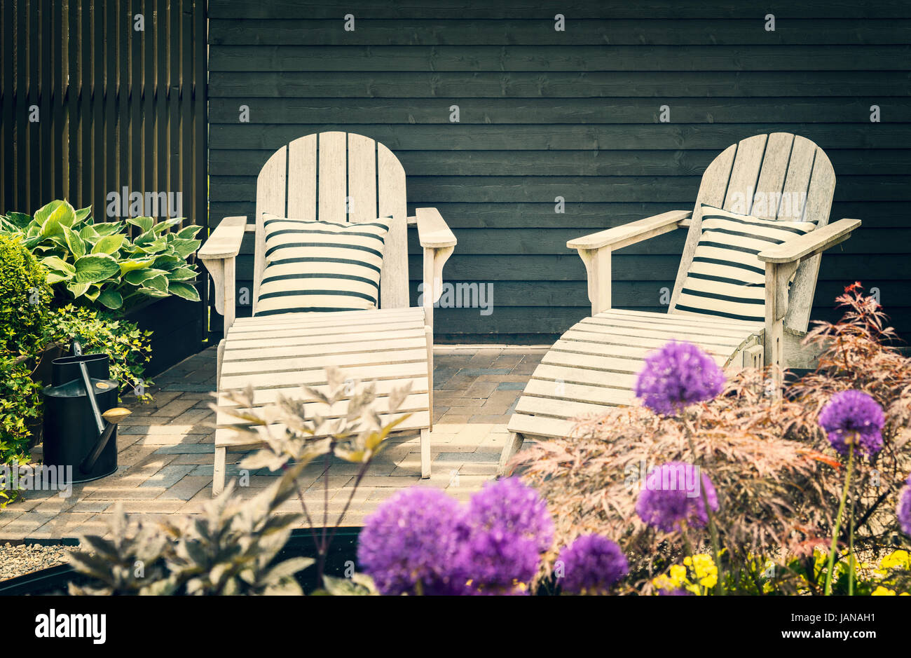 Gemütliche Lounge-Möbel auf begrünten Terrasse im Garten Stockfoto ...