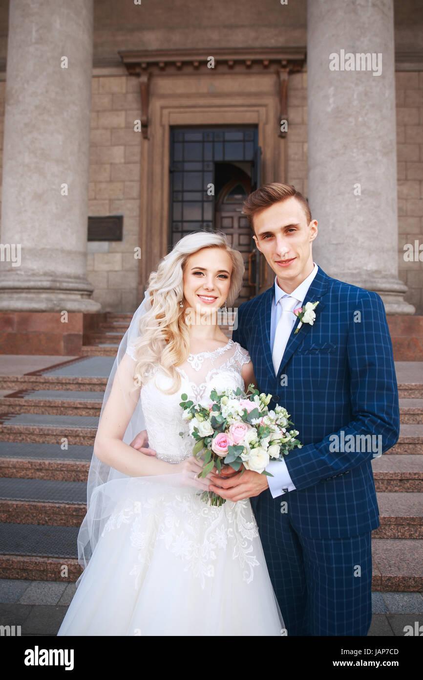 Hochzeitspaar in der Nähe einer Kirche. Hochzeit paar umarmt ...