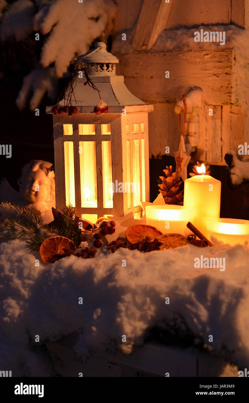 laterne im schnee besinnliche weihnachten kerzenschein. Black Bedroom Furniture Sets. Home Design Ideas