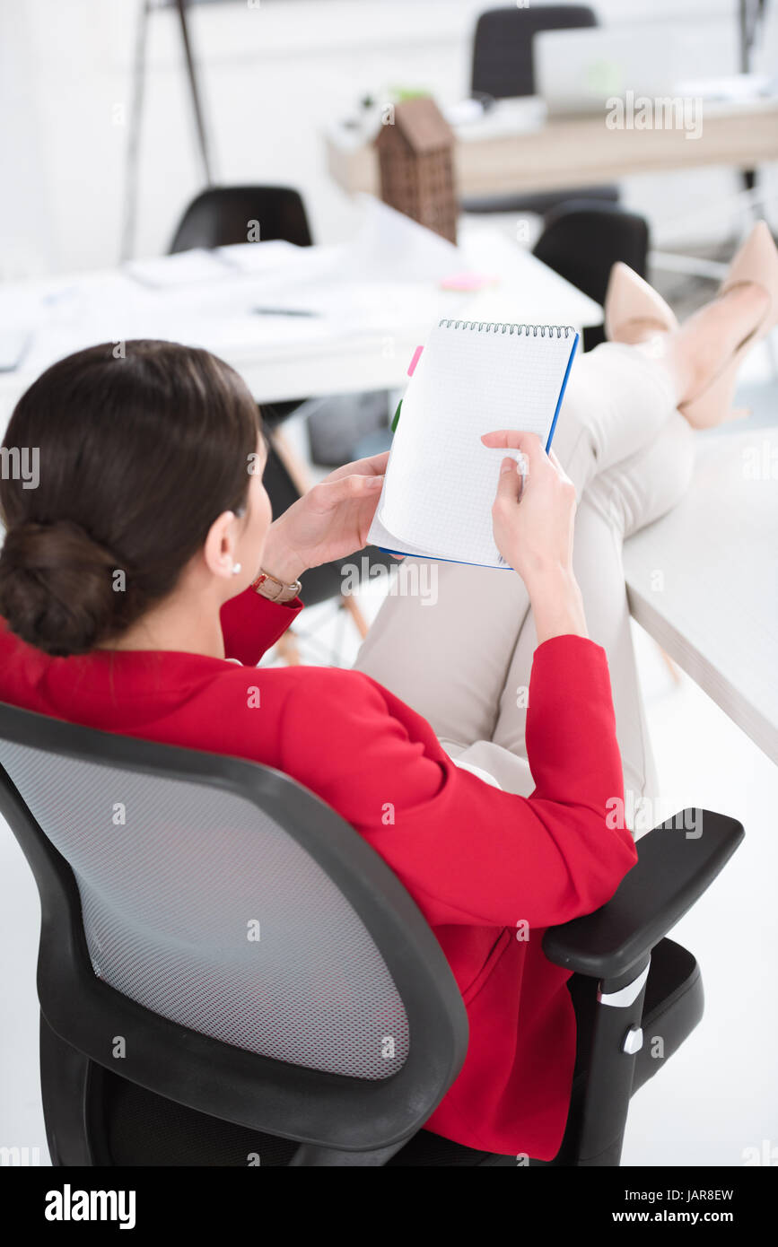 Geschäftsfrau, die Analyse von Notizen Stockbild