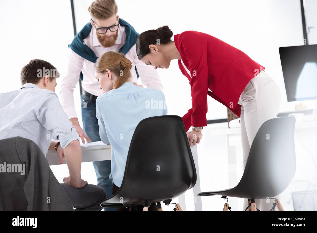 junge Unternehmer arbeiten zusammen Stockfoto