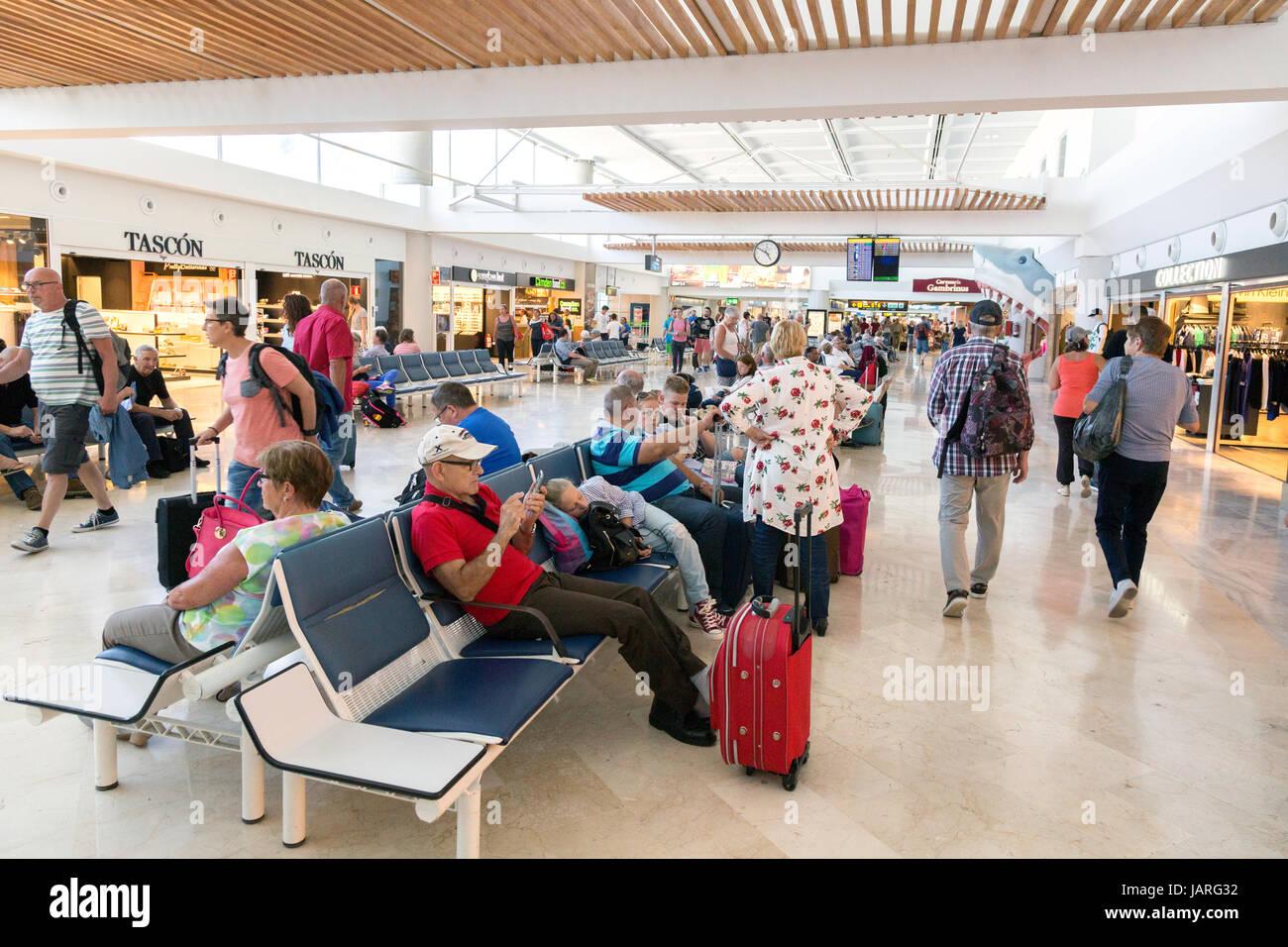 Der Flughafen Lanzarote - Passagiere warten in der Abfahrt Lounge, Lanzarote, Kanarische Inseln, Europa Stockbild