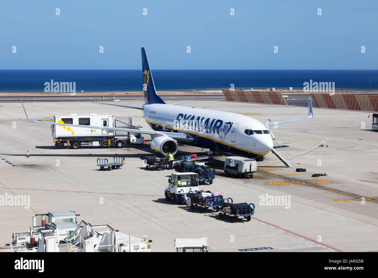 Ryanair-Flugzeug auf dem Boden, Lanzarote Flughafen, Lanzarote, Kanarische Inseln Europas Stockfoto