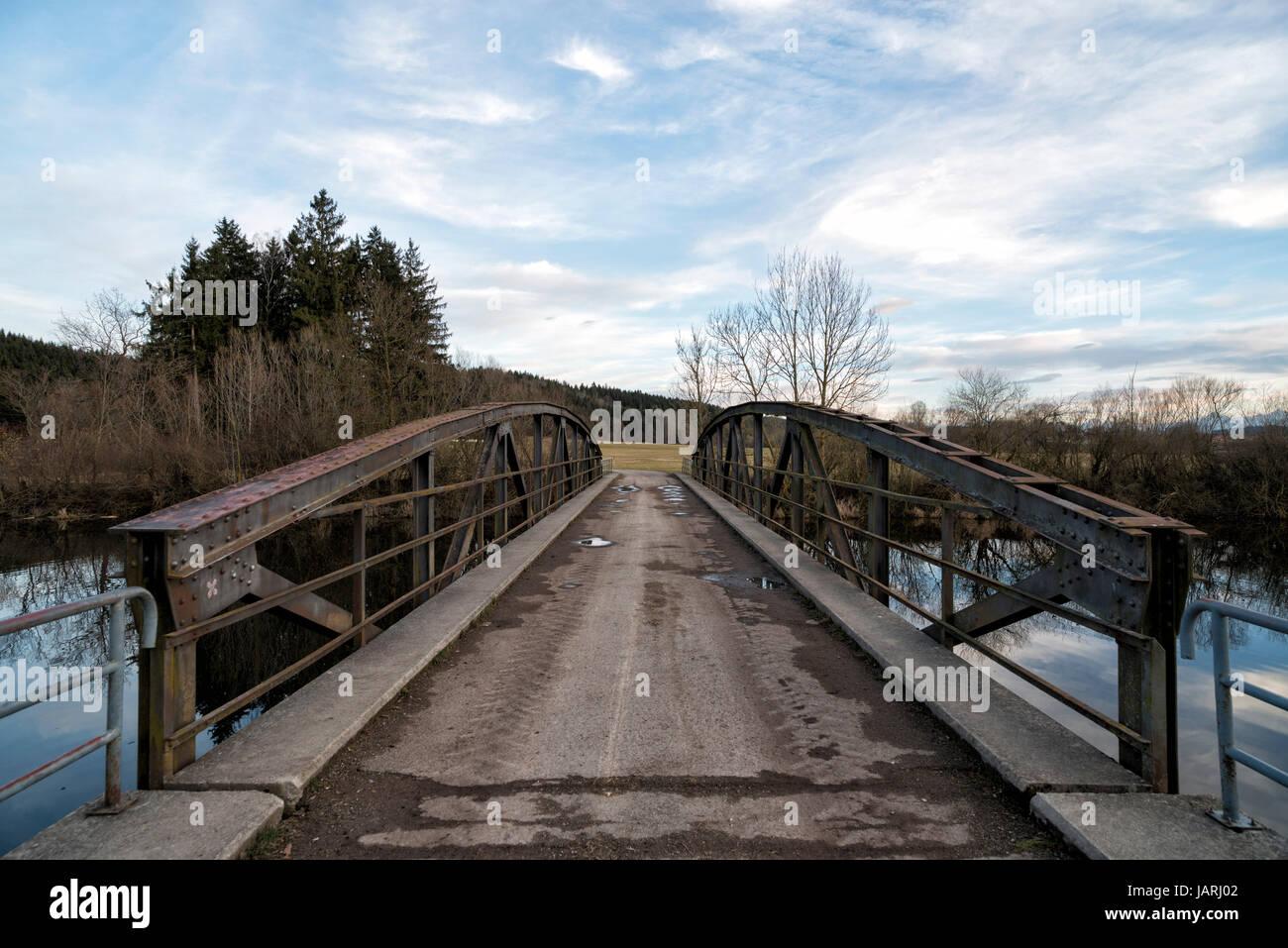 Brücke Über Die Wertach bin Heubrückenweg Beim Bachtelsee, Biessenhofen, Bayern, Deutschland. Brücke Stockbild