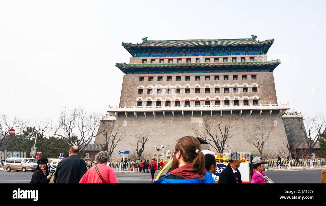 Peking, CHINA - 19. März 2017: Touristen auf der Straße und Blick auf Pfeil Tower (Jian Lou, Jianlou, Zhengyangmen Stockfoto
