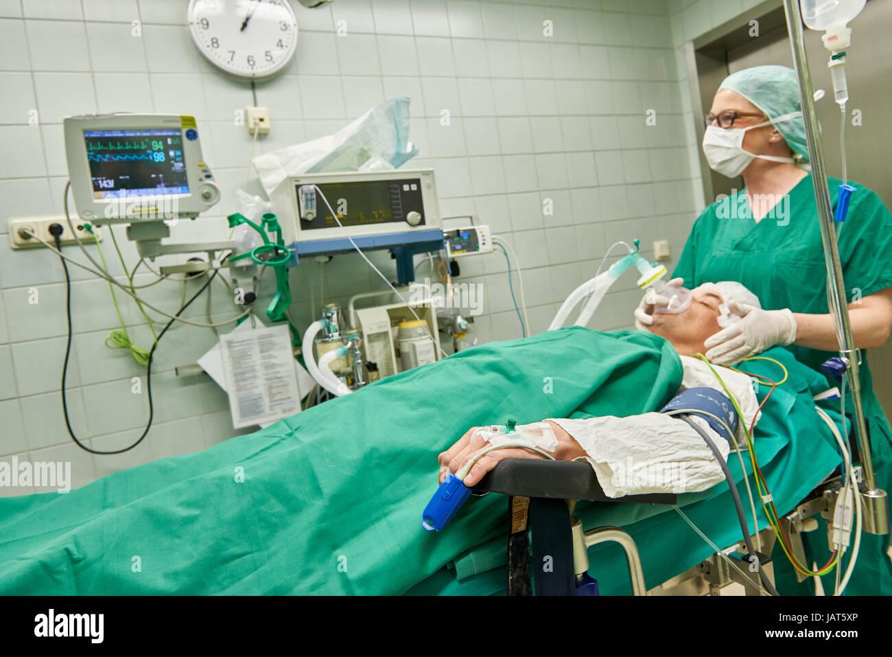 Anästhesist betäuben Patientin vor operation Stockfoto, Bild ...
