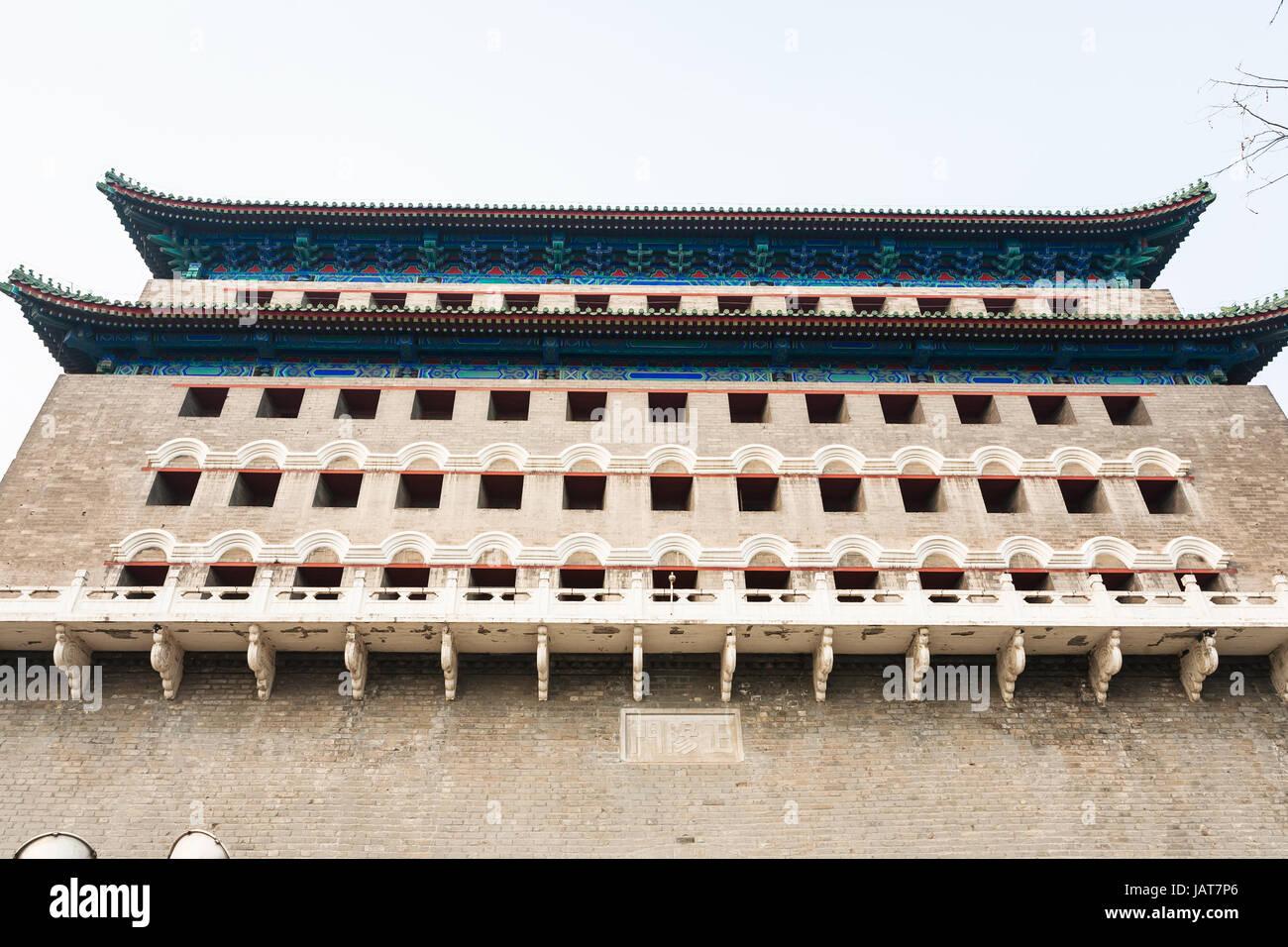 Reisen Sie nach China - Wand des Pfeil-Turm (Jian Lou, Jianlou, Zhengyangmen Gate) in Peking im Frühjahr. Der Turm Stockfoto