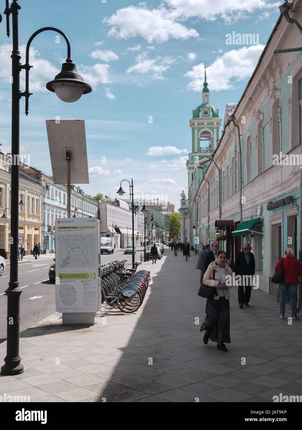 Moskau, Russland - 22. Mai 2017; Pyatnitskaya Straße. Historische Stadtzentrum in 5 Minuten zu Fuß zu Stockbild