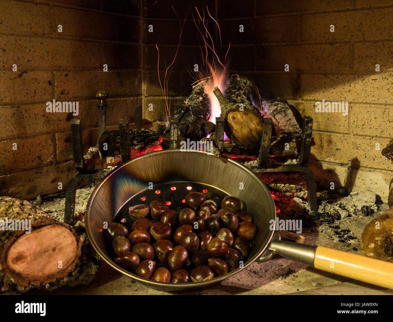 kastanien in einer pfanne braten auf einem gl henden feuer mit flammen und glut stockfoto bild. Black Bedroom Furniture Sets. Home Design Ideas