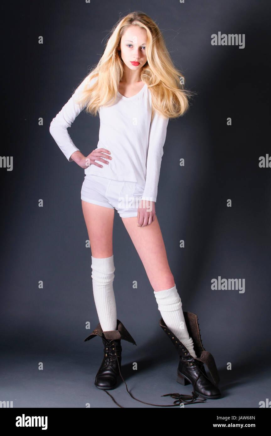 d41638f1a30bcf Junges Hübsches Mädchen Mit Langen blonden Haaren Mit Weißer Woll- Unterwäsche.