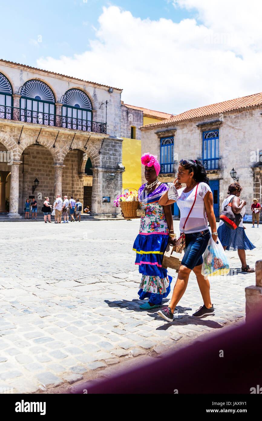 Kubanische Frau trägt Tracht in der Plaza De La Catedral, Habana Vieja, Havanna, Kuba, kubanische Frau Tracht Stockbild