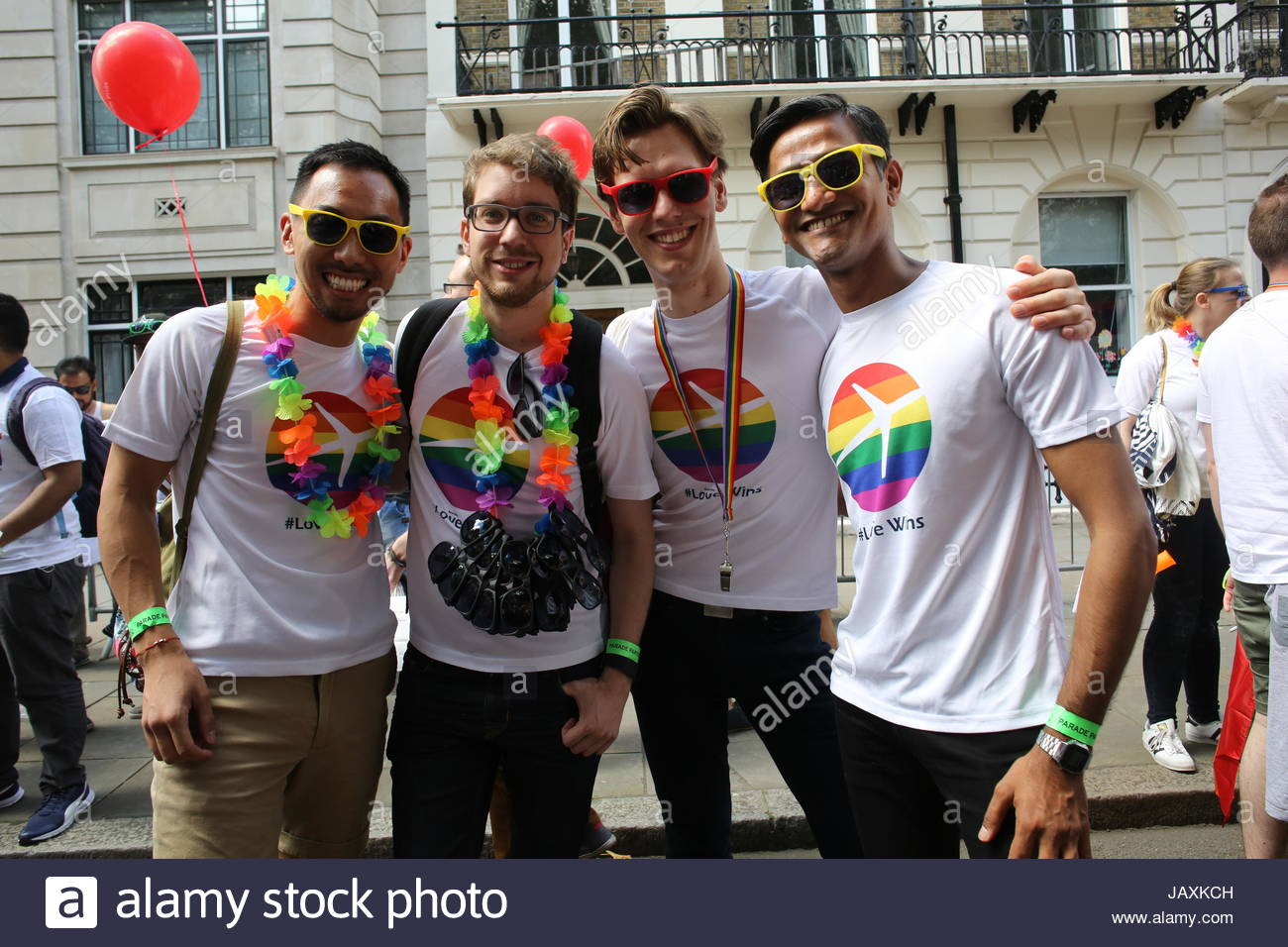 Teilnehmer an der 2016 London Pride Parade posieren für ein Foto. Stockbild