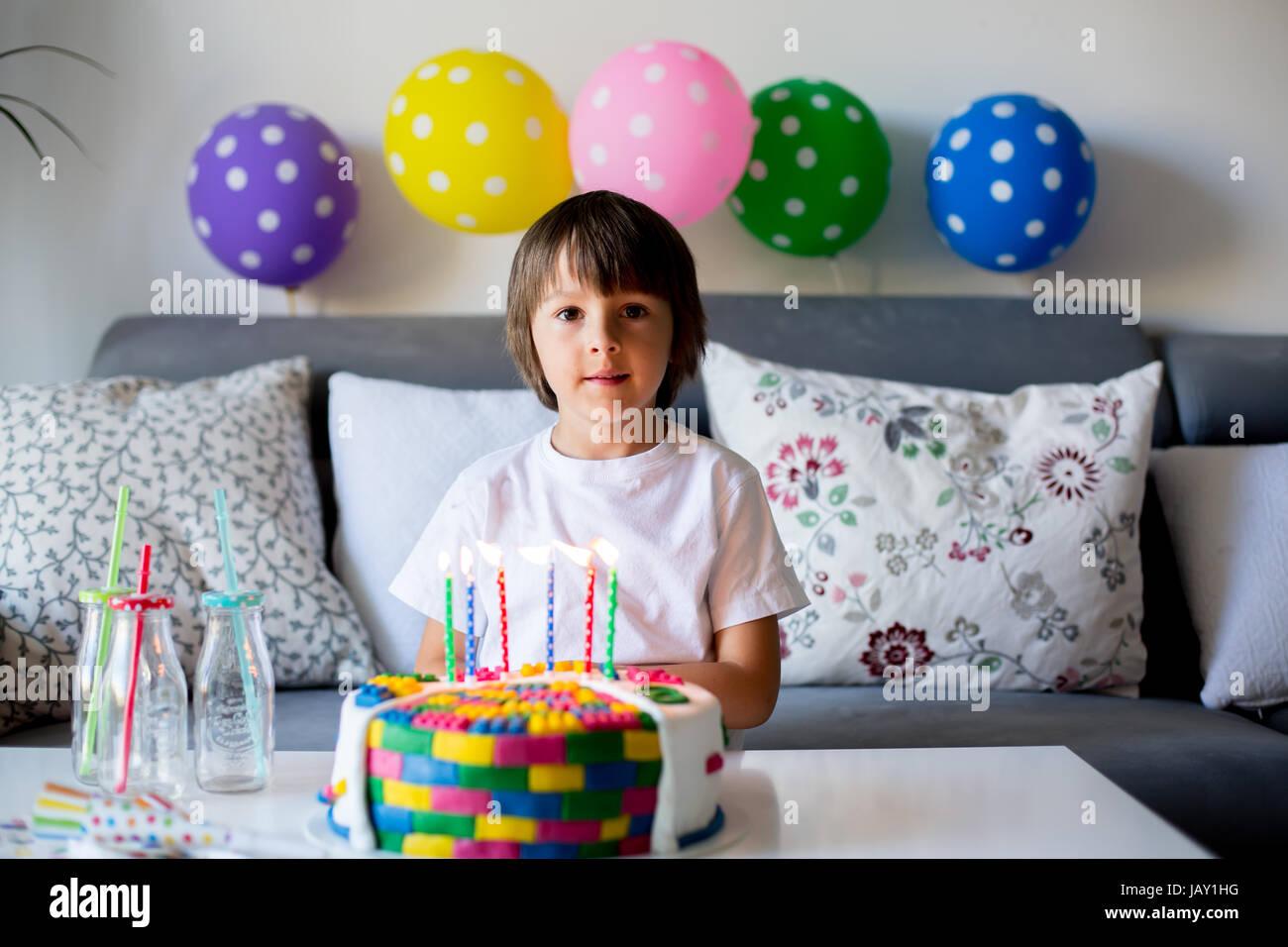 Süßes kleines Kind, junge, feiert seinen sechsten Geburtstag, Kuchen, Luftballons, Kerzen, Cookies. Kindheit Stockbild