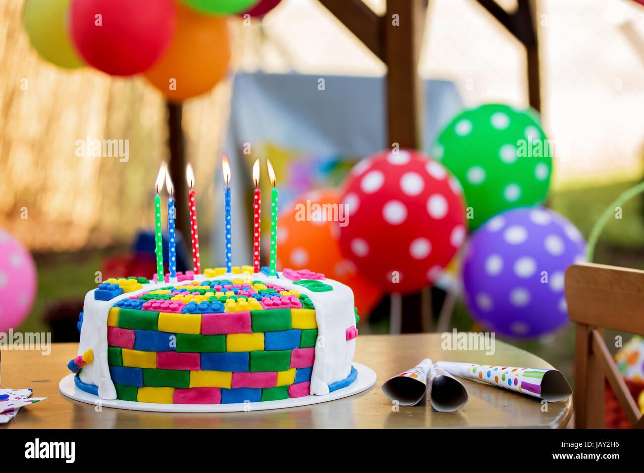 Bunte Kuchen Mit Kerzen Und Luftballons Fur Eine Kinder Party