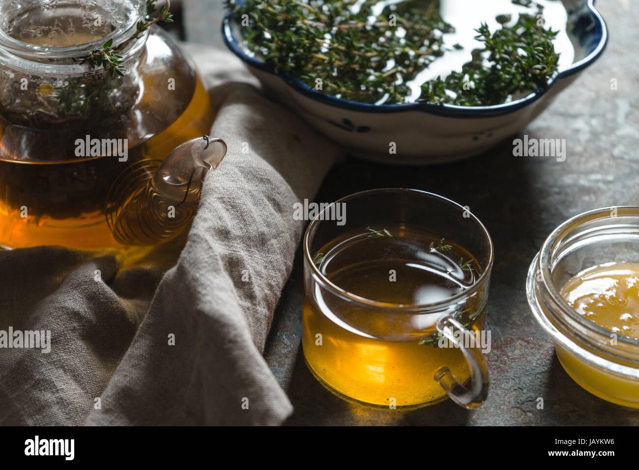 Wasserkocher mit grünem Tee, Thymian und Honig auf den Tisch Closeup horizontale Stockbild