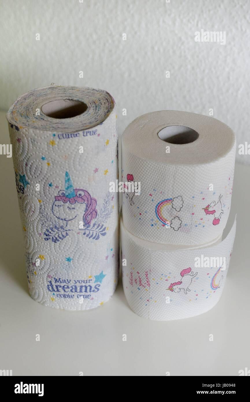 Osterode, Deutschland. 24. Mai 2017. Einhorn Toilettenpapier und ...