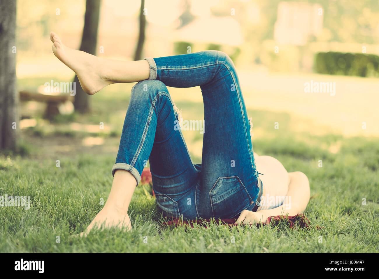 Entspannende Frau im park Stockbild