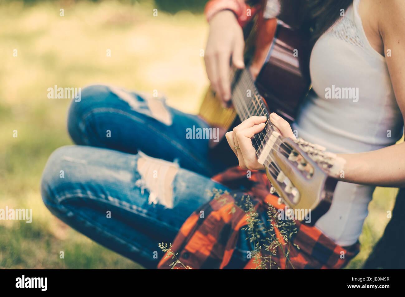 Festival Frau mit Gitarre auf party Stockbild