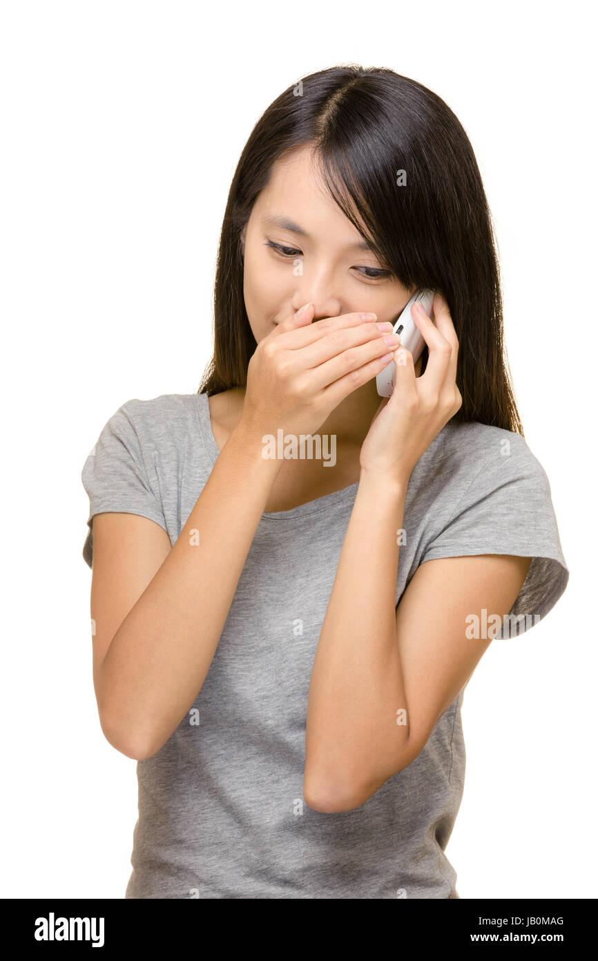 Asiatische Frau Gespräch heimlich telefonieren Stockbild