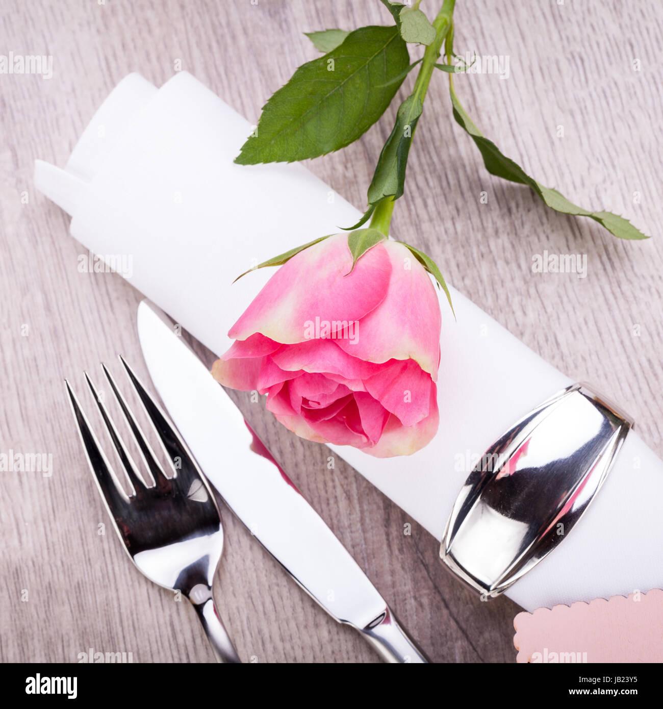 Romantisch Gedeckter Tisch Mit Silberbesteck Und Einer Rose In Rosa