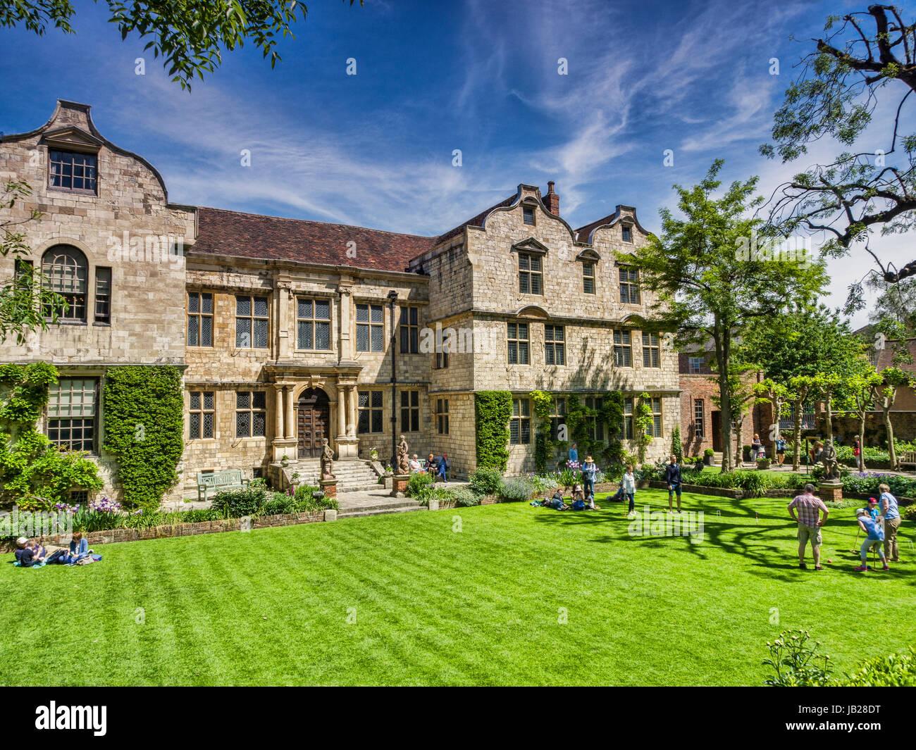 31. Mai 2017: York, North Yorkshire, Wngland, UK - The Treasurer House, mit Leuten spielen Krocket auf dem Rasen. Stockbild