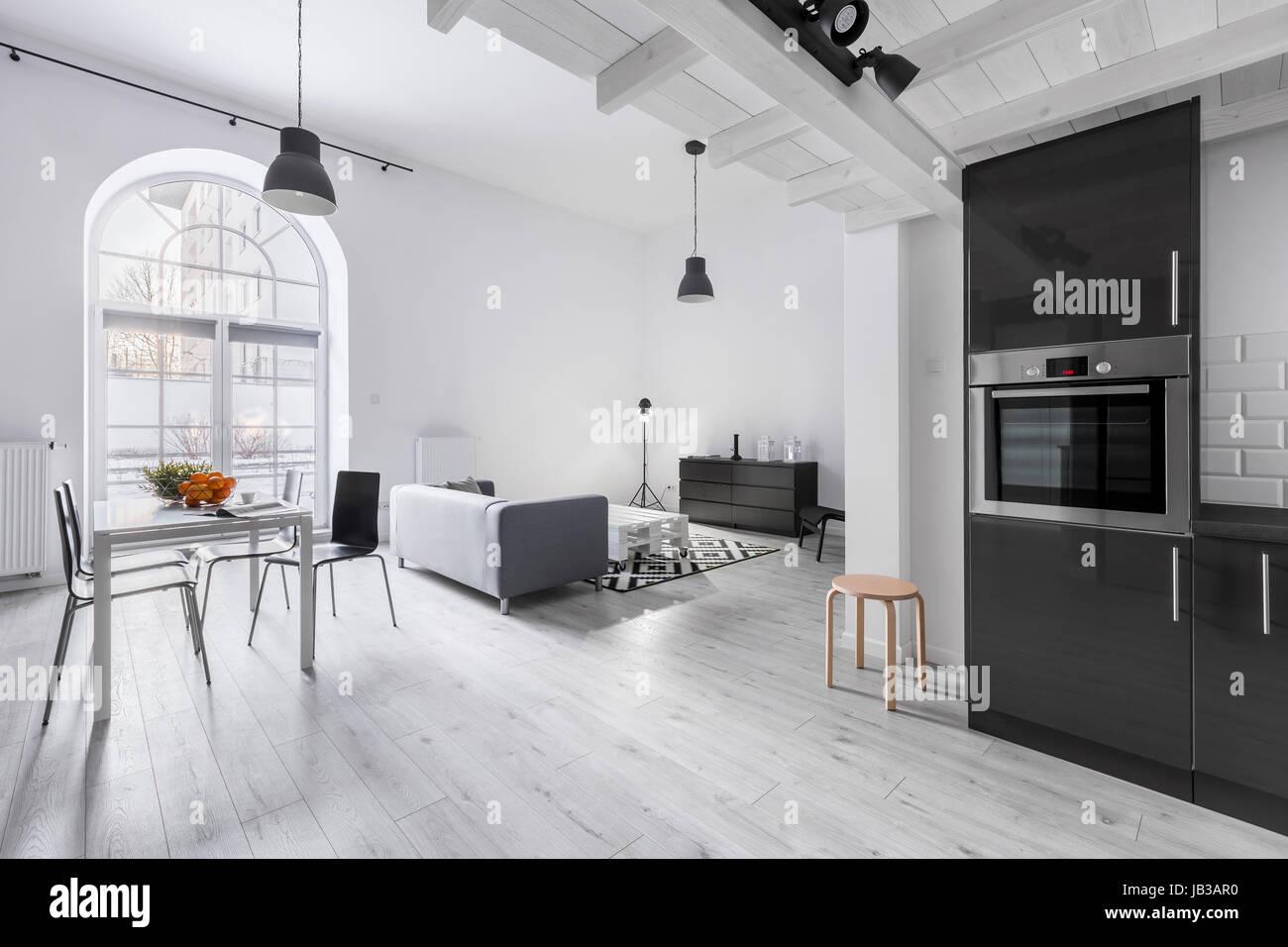 Moderne Wohnung im industriellen Stil mit Küche und Wohnzimmer ...