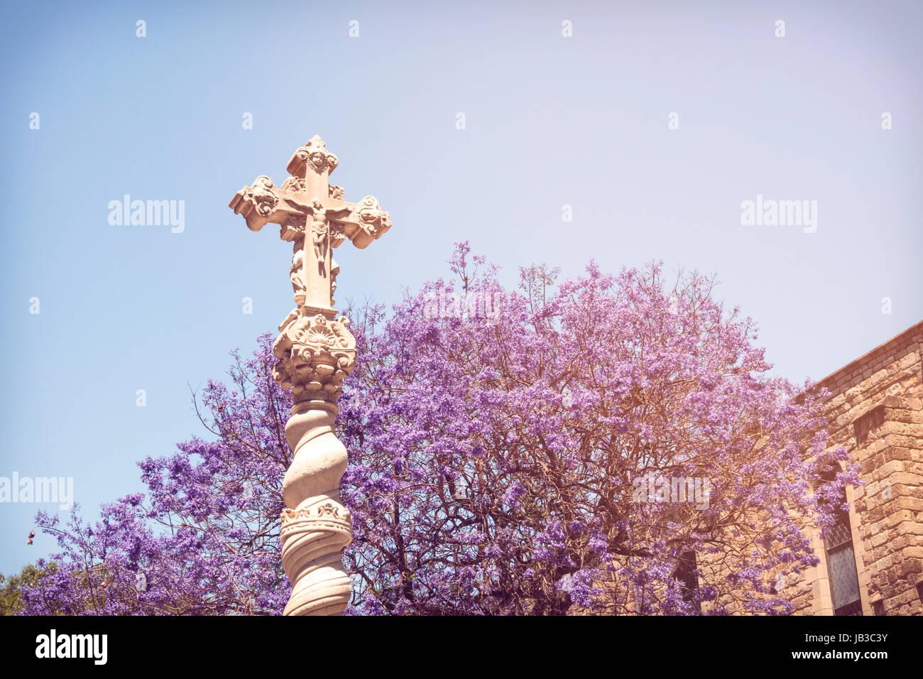 Heilig-Kreuz-Statue aufgestellt innen das alte Krankenhausgebäude im Raval, Barcelona, Spanien. Stockbild