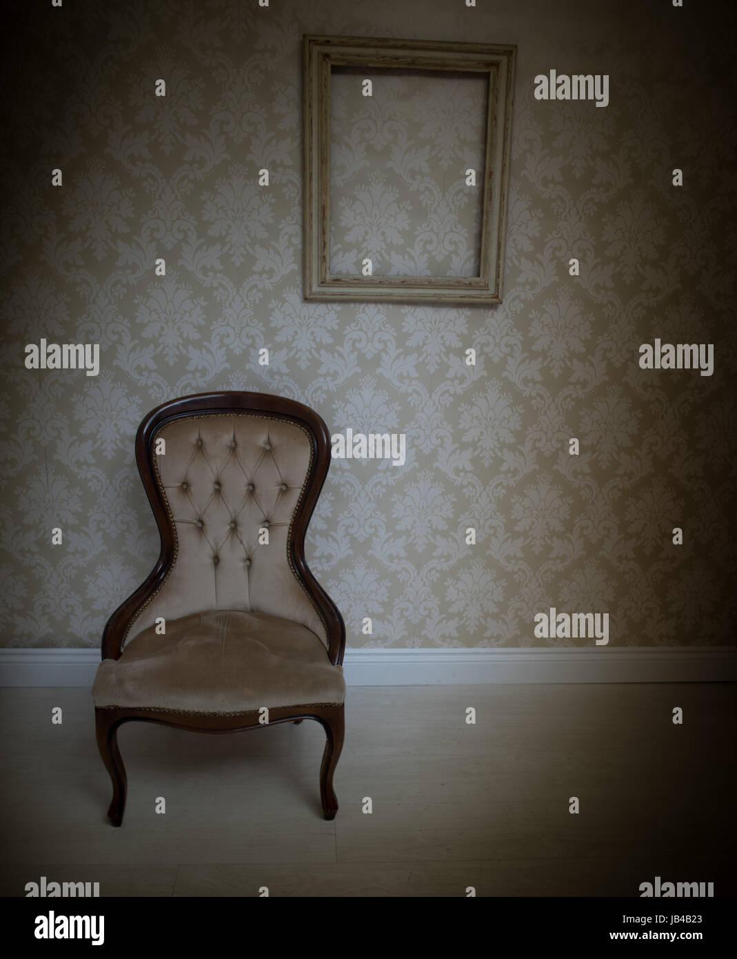 Innenausstattung-Hintergrund mit einem Vintage gepolsterten Stuhl ...