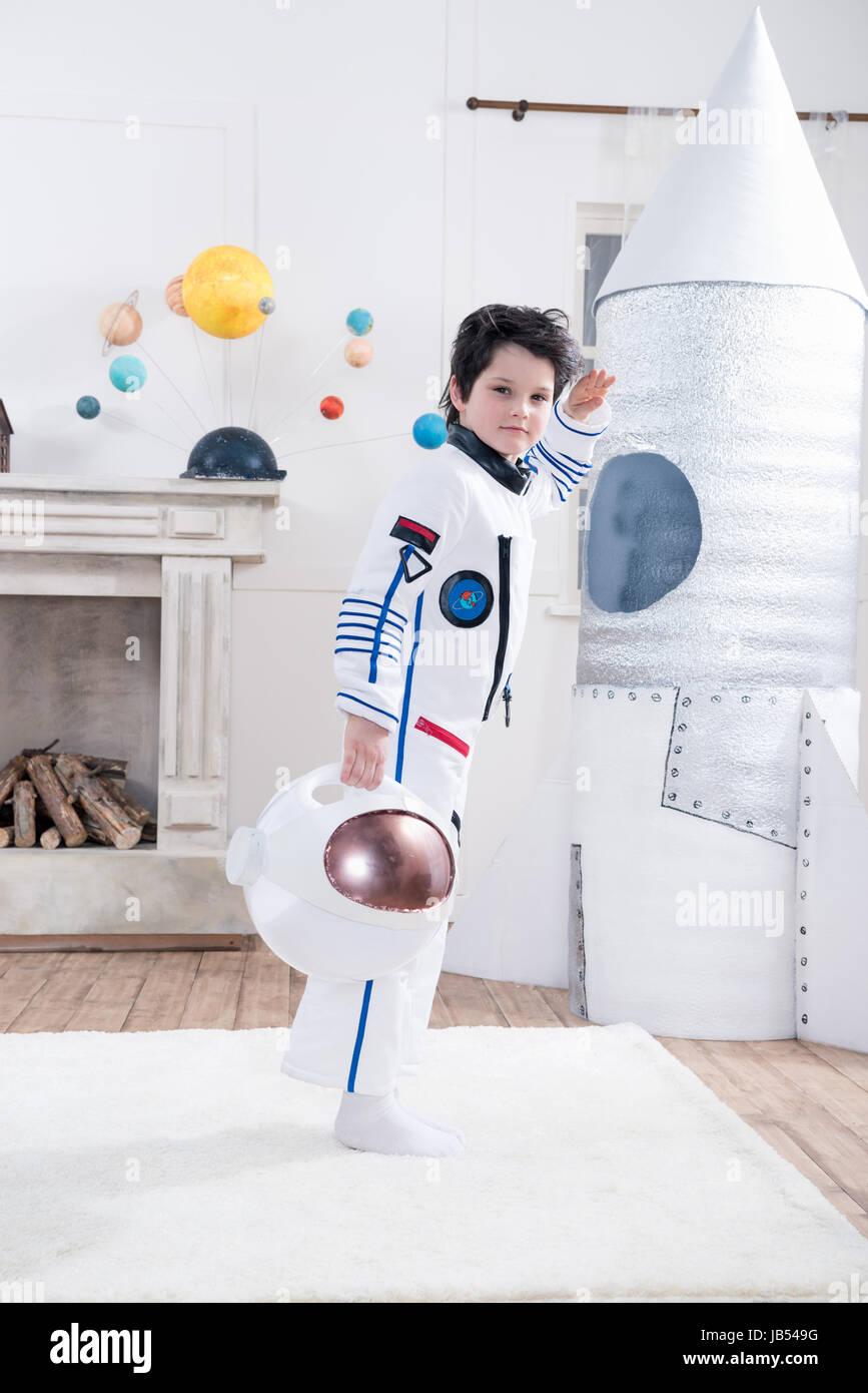 junge in astronaut kost m salutieren spielzeug rakete. Black Bedroom Furniture Sets. Home Design Ideas