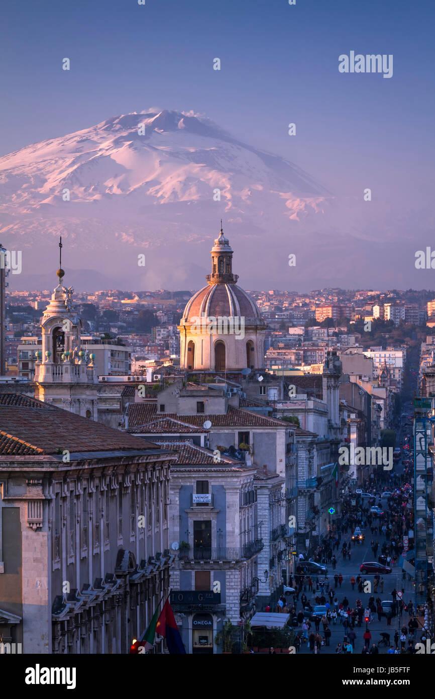 Catania, die Innenstadt mit dem Ätna Vulkan, bedeckt mit Schnee, auf dem Hintergrund, Sizilien, Italien. Stockbild