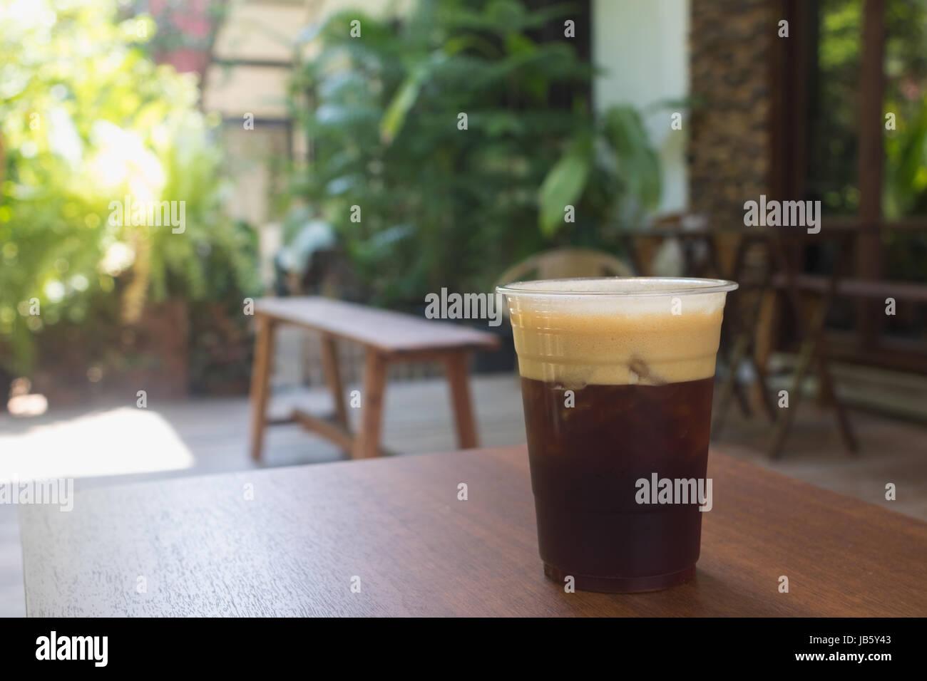 Funkelnde Nitro Cold Brew infundiert Coffee auf Holztisch im Freien Kaffee café Stockbild